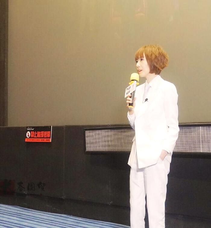 49岁主持人鲁豫近照曝光,一身白西装出席活动(组图)