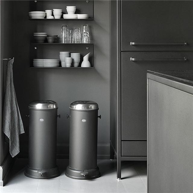 kitchen trash can pull out oval table pedestal 你家的厨房垃圾筒放在哪 原来还可以这样放 房天下装修知识 这个高个子垃圾桶 适合较大面积的开放式厨房 下方同样是可回收垃圾的收纳 开放式厨房的面积较大 把垃圾桶做成移动式的 可以随意换位置 这个塑料收纳盒 可以挂钩