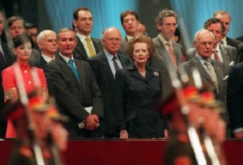 1997年7月1日,前英國首相撒切爾夫人(右二)注視着走過觀禮台的中國士兵。當天,香港主權正式由英國移交給中國。(AP圖片)