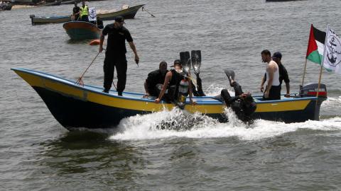 Des marins du gouvernement de Hamas préparent l'arrivée de la flottille dans le port de la ville de Gaza.