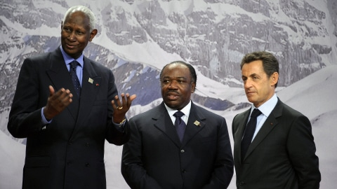 Abdou Diouf (à gauche) et Nicolas Sarkozy (à droite) avec le président gabonais Ali Bongo au sommet de la Francophonie