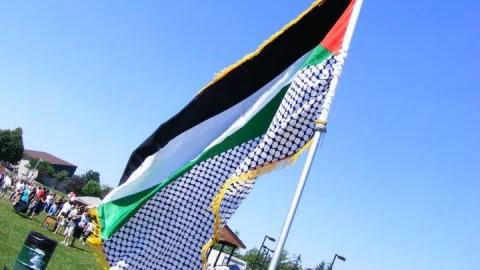 Le drapeau palestinien flotte à Ottawa lors d'une activité organisée par de jeunes Palestiniens.