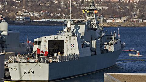 Le NCSM Charlottetown, amarré au port d'Halifax, le 1er mars 2011