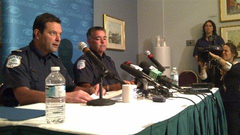 Les agents Jean-Paul Le May, à gauche et Pierre Lanthier, à droite, lors du point de presse de jeudi.