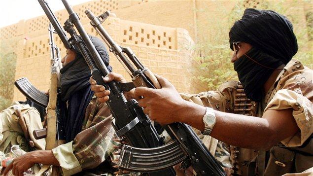 Des militaires maliens se préparent à affronter des rebelles touaregs.