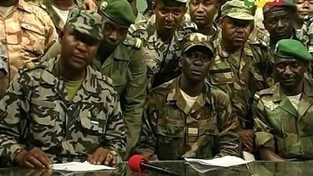 Les soldats mutins maliens annoncent sur les ondes de la radio nationale avoir pris le contrôle de la présidence.