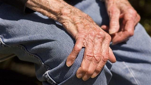 Le tremblement essentiel affecte surtout les mains des personnes affligées