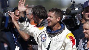 Felix Baumgartner se réjouit du succès de son saut record en parachute.