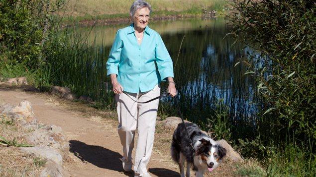 Une femme promène son chien