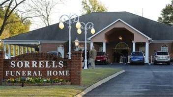 Beaucoup d'habitants de Midland City, en Alabama, ont assisté à une cérémonie en hommage à Charles Albert Poland, le chauffeur de bus de 66 ans qui a été tué alors qu'il tentait de s'interposer entre le preneur d'otage et les enfants.