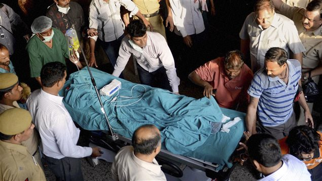 À New Delhi, une fillette de 5 ans est amenée en civière à l'hôpital après avoir été violée et torturée.