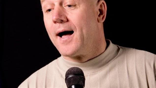 Un homme chante