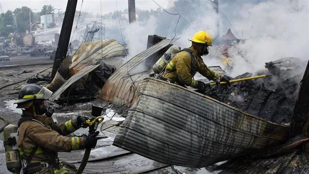 Des pompiers au travail à Lac-Mégantic.
