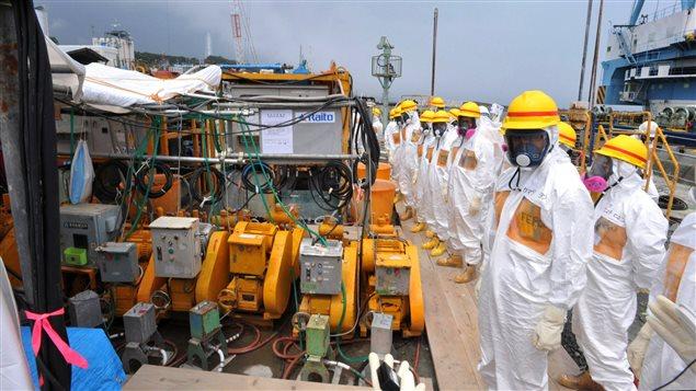 Des experts du nucléaire et des responsables du gouvernement procèdent à une inspection pour essayer de contenir les fuites d'eau contaminée.