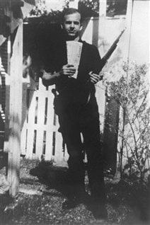 Lee Harvey Oswald posant avec un fusil dans son jardin. Il a été tué après son arrestation le 24 novembre, à la veille de l'enterrement de Kennedy.