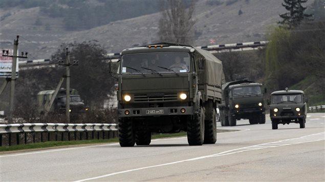 Ce qui semble être un convoi russe se déplace vers Simferopol, capitale de la Crimée.
