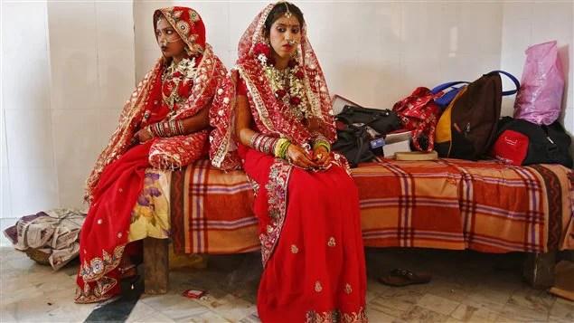 De jeunes femmes, le jour de leur mariage en Inde