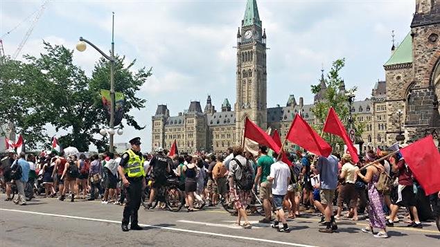 Les manifestants ont défilé devant le parlement à Ottawa.