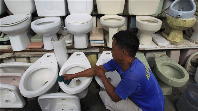 Vendeur de toilette recyclés, aux Philippines.