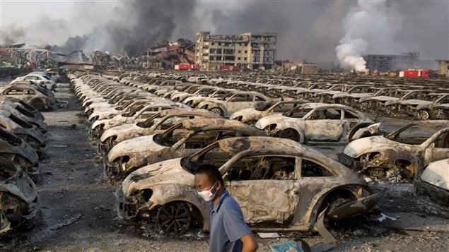 Lieu d'entreposage de voitures neuves près du site de l'explosion à Tianjin, en Chine.