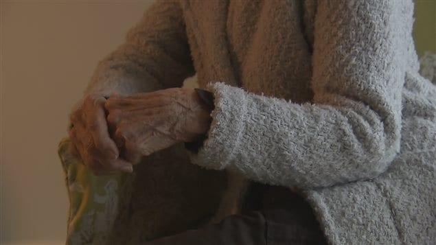 La grand-mère, que l'on ne peut identifier, affirme ne pas avoir vu son petit-fils depuis près de 20 ans.