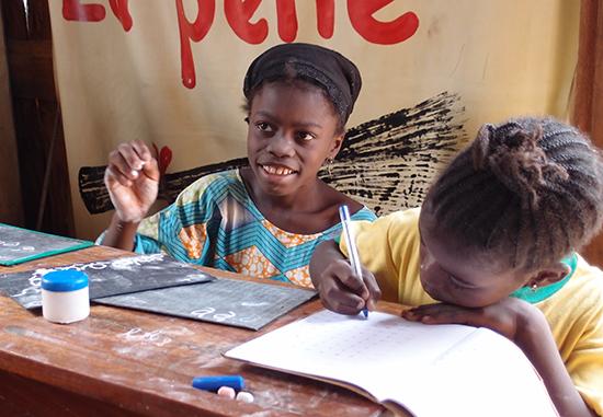 Mit Geschenken von OxfamUnverpackt unterstützt Du Oxfams weltweite Arbeit, wie zum Beispiel unser Bildungsprojekt in Benin. Die Mädchen auf dem Markt von Cotonou erhalten hier eine Schulausbildung.