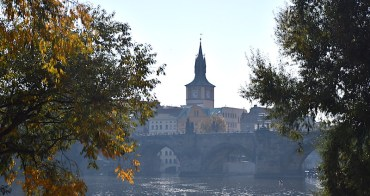 捷克   布拉格:賞遊查理大橋全景,伏爾塔瓦河左岸2條散步路線