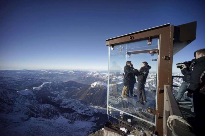 FOTO  Un passo nel vuoto sul Monte Bianco dalla terrazza trasparente a 4mila metri