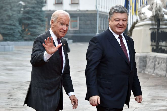 Joe bidne is welcomed by Ukrainian president Petro Poroshenko