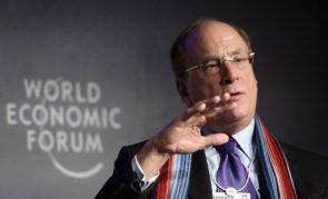 O presidente e CEO da BlackRock, Laurence D. Fink, participa de uma sessão na reunião anual do Fórum Econômico Mundial (WEF) em Davos, em 23 de janeiro de 2020. (FABRICE COFFRINI / AFP via Getty Images)