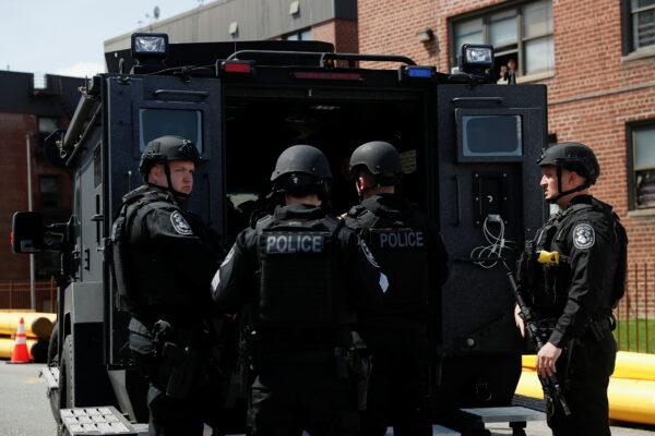 Los agentes de la ley se paran cerca del lugar donde el tirador se atrincheró, después de un tiroteo en una tienda de comestibles Stop and Shop, en Hempstead.