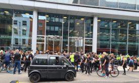 Multidões de manifestantes em frente à sede da ITN em Camden, Londres, em 23 de agosto de 2021 (Nico Hogg / PA)