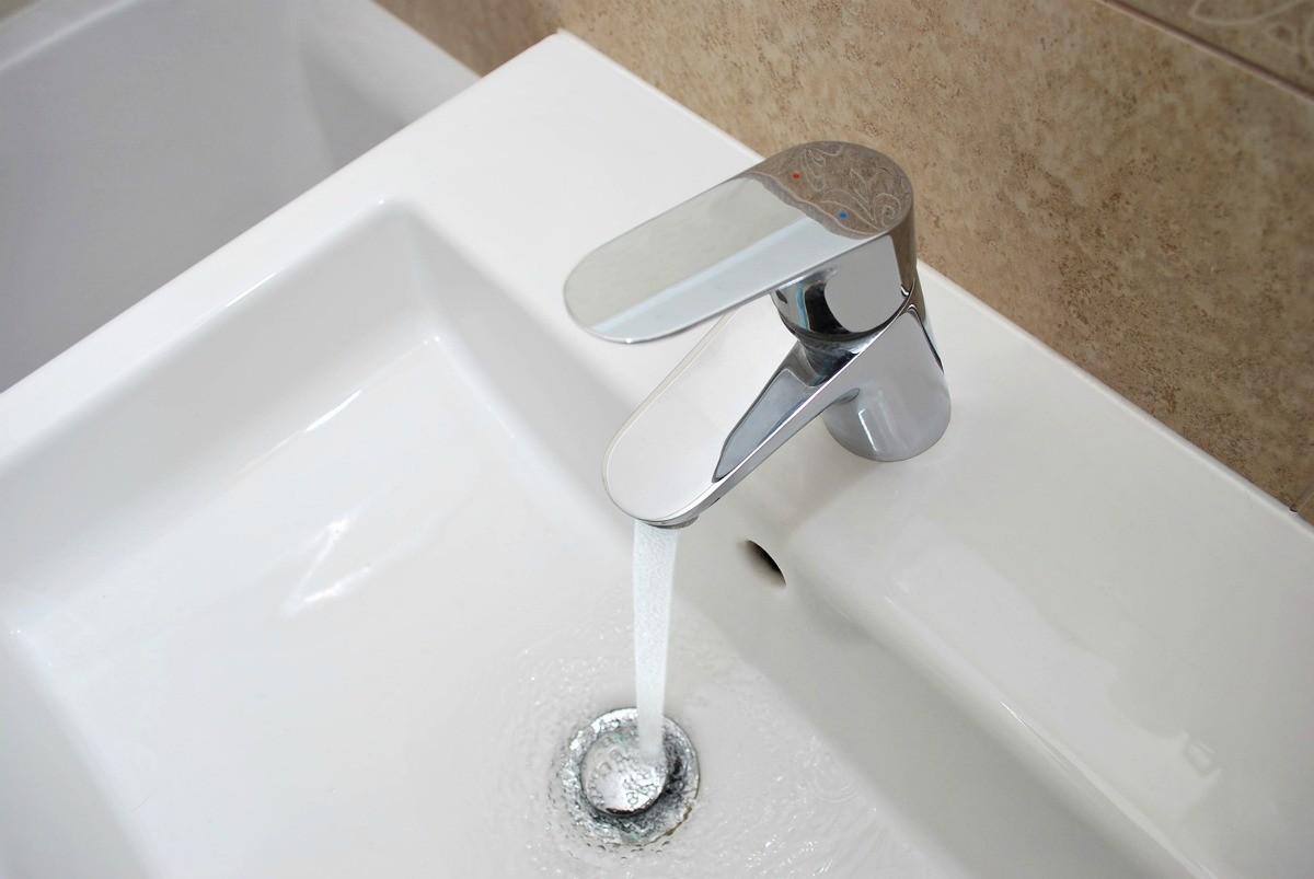 bathroom sink backs up into tub