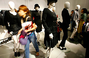 In Japan, Fast Fashion Rules in Slow Times