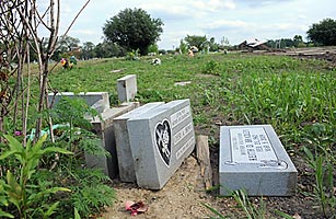 Outside Chicago, a Grim Tale of Unearthed Graves