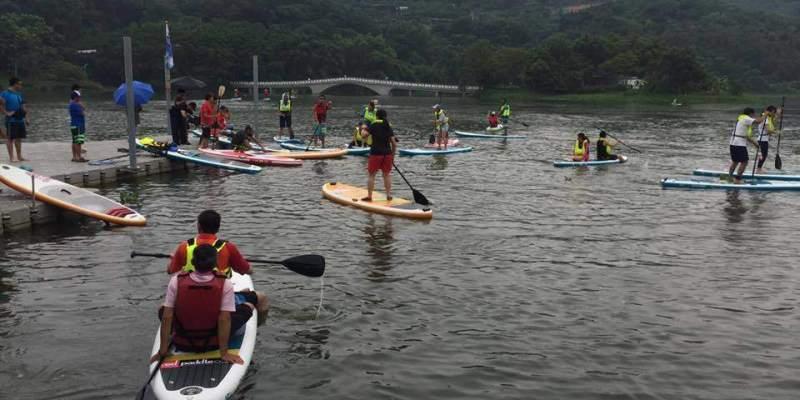 新竹青草湖立式划槳sup體驗資訊整理。9/2禮拜六時間.報名方式(名額不多).人數.年齡限制。新人湖上划槳小時候的回憶--踢小米的生活