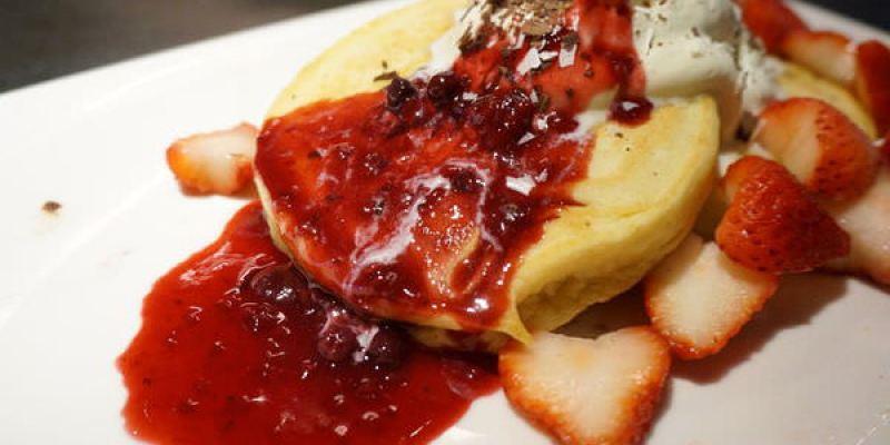 【台中美食】N.Y.BAGELS CAFE早午餐-犯規的草莓岩漿鬆餅山(紐約貝果/金典綠園道)--踢小米食記