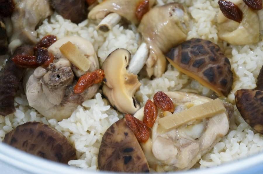 【電鍋料理食譜】簡易DIY北菇雞煲仔飯–踢小米廚房