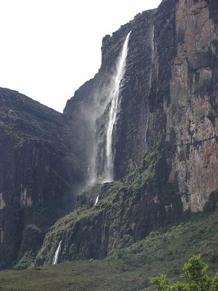 Реки вырываются водопадами ниже края плато / Фото из Венесуэлы