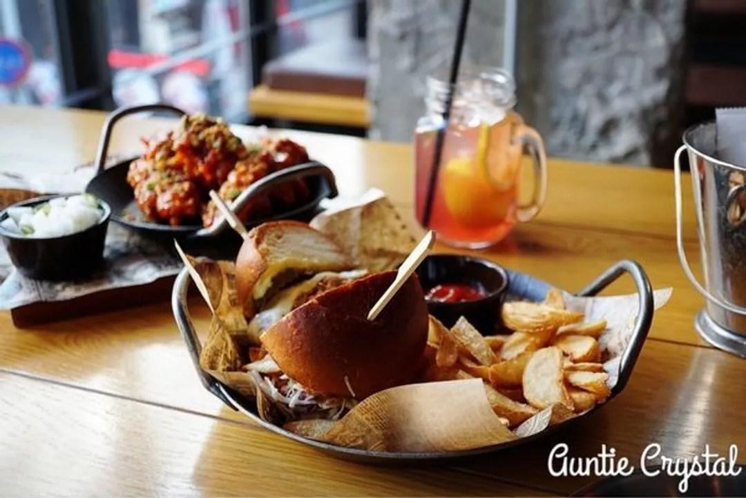 【2017首爾自由行 明洞美食推薦】K-PUB 吃了好驚豔的BBQ豬肉漢堡 還有多汁美味的韓式炸雞 YG Entertainment開的餐飲 ...