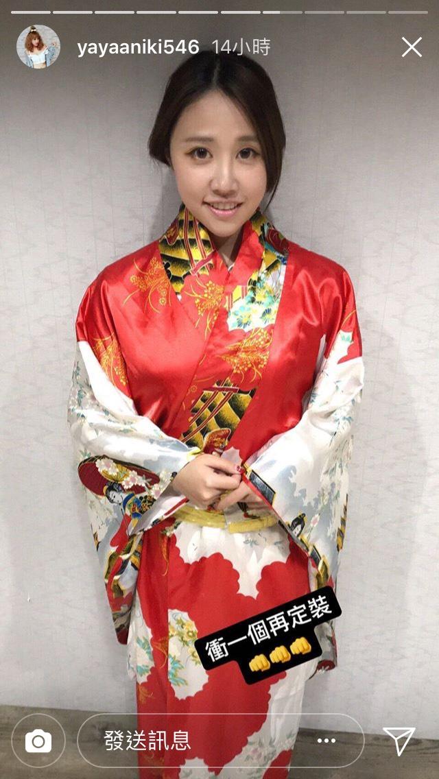 瘋狂甜心「亞亞 」再曬最新古裝定裝照 華麗大紅金刺繡服飄古味!