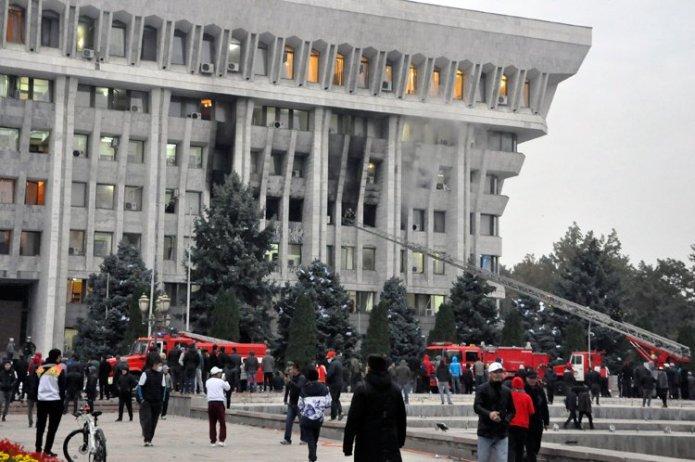 1601966254 337 kirgizistanda gostericiler cumhurbaskanligi sarayi ve parlamentoyu isgal etti
