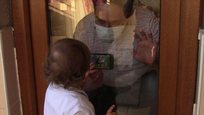 Kovid-19 hastası baba, çocuğuna olan hasretini camın ardından gideriyor