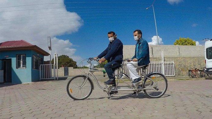 1602492102 825 birbirlerine ayak ve goz olan arkadaslarin bisiklet aski engel tanimadi