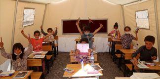 Valinin talimatının ardından çadırda eğitim için ilk ders zili çaldı