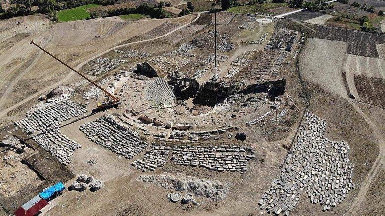 1603616635 618 aizanoi antik kentinin tiyatrosunda eseri insa eden tas ustalarina da