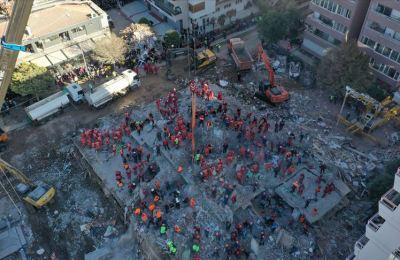 İzmir'de deprem sonrası yıkılan Rıza Bey Apartmanı enkazındaki kurtarma çalışmasına ara verildi