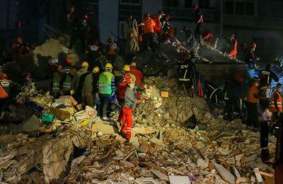 İzmir'deki depremden yaklaşık 58 saat sonra 14 yaşındaki İdil enkazdan yaralı çıkarıldı