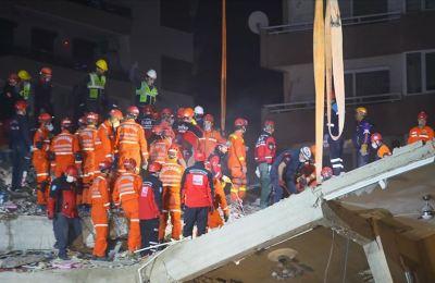 İzmir'de deprem enkazından 33 saat sonra bir yaralı çıkarıldı
