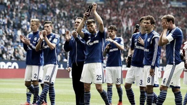 Schalke vence e afunda Stuttgart em dia de Huntelaar